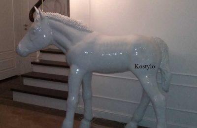 Naturalnej wielkości figura konia źrebaka z żyrandolem